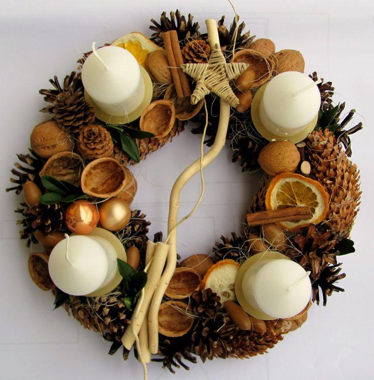 Přírodní šiškový adventní věnec. Šiškový věnec, přírodně zdobený ořechy, sušeným ovocem...Bílé svíčky na kovových bodcích. Průměr 28 cm.