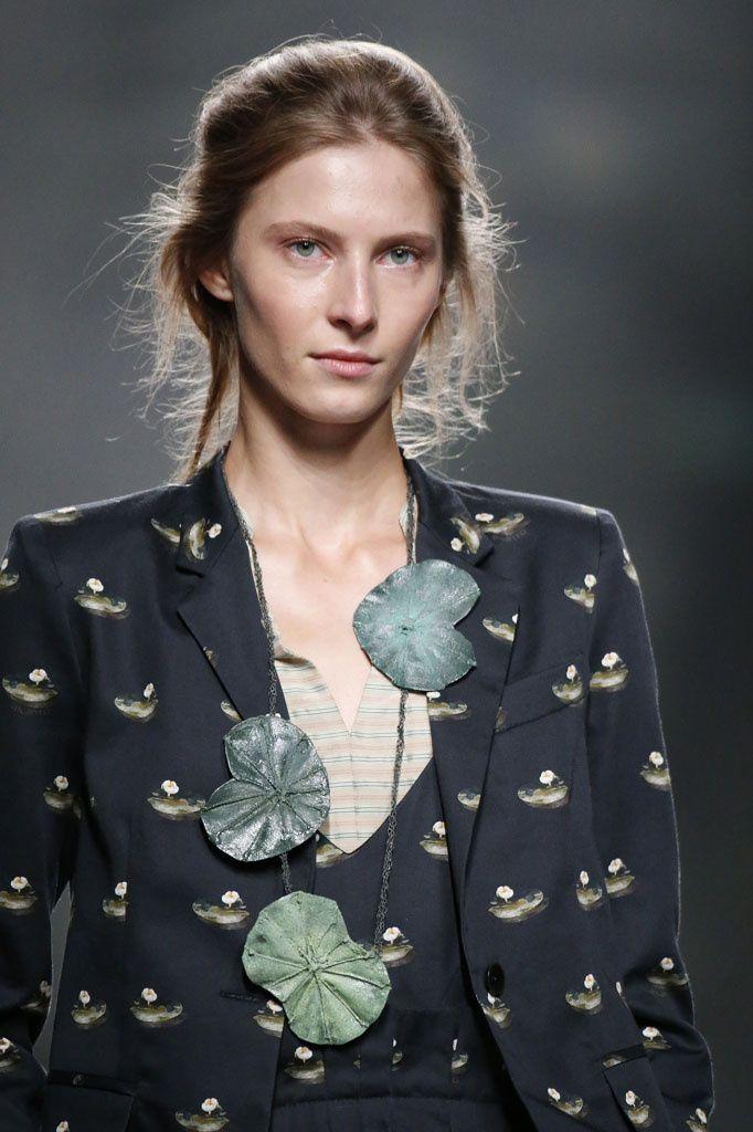 Il Meglio della Settimana della Moda di Madrid - Primavera/Estate 2017 - Tendenze Gioielli  Ailanto ha proposto qualcosa di diverso: collane lunghe con pendenti grandi e vistosi.