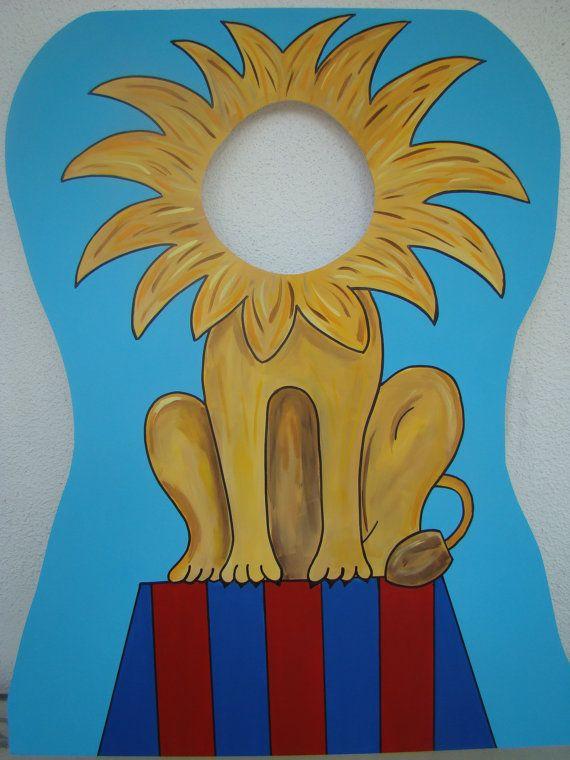 grand carton d'un lion sans tête