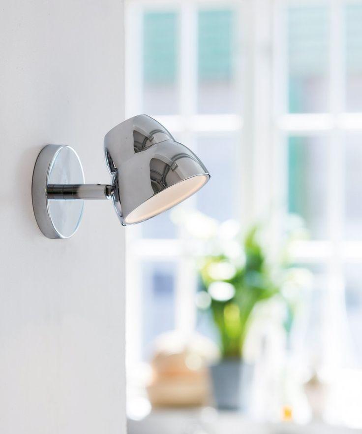 En snygg och stilren vägglampa i kromad metall. Huvudet är ställbart så att du enkelt kan rikta ljuset efter behov. Ger ett bra och behagligt ljus. Sladdlängd: 250cm. Integrerad LED-belysning.