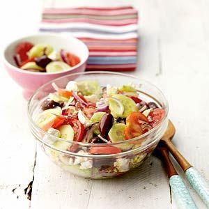 Griekse bbqsalade    Ingrediënten  -5 trostomaten, in plakken  -1 rode ui, in flinterdunne halve ringen  -1/2 komkommer, geschild en in dunne plakken  -1/2 pakje witte kaasblokjes (a 200 g)  -kalamata olijven (potje 300 g)  -5 el olijfolie extra vierge    Bereiden  1. Meng de tomaten, ui en komkommer. Verbrokkel er de kaas boven. Voeg de olijven toe. Besprenkel met de olijfolie.