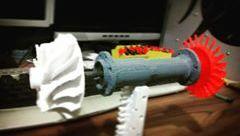 Protótipo impresso em 3D da turbina (turbofan) de aeromodelo que estou projetando. Calculo 18kg de empuxo com admissão de querosene, sem a caixa de redução e sem a hélice principal. Podemos otimizar esses resultados.