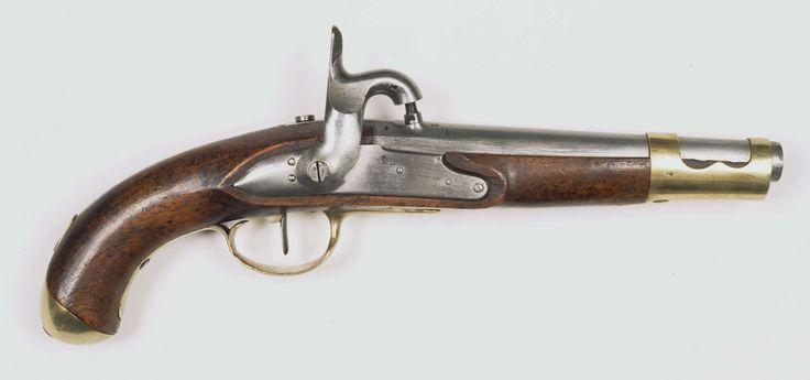 Anonymous | Percussie legerpistool model M 1815, Anonymous, c. 1815 - c. 1816 | Percussie legerpistool model M 1815. Gladde, ronde loop, welke bij de kamer in een vijfkantig gedeelte overgaat. Aan de bovenkant van de kamer is een percussie schouw ingetapt. Gemerkt op de loop: 1816, IS (kroon erboven) en PB. Slot: Percussie slot. Op de slotplaat gemerkt: L (kroon erboven). Hout: Notenhout. Ingeslagen rond stempel, waarin: G.H. DELFT- 1848. Beslag: Messing: Aan de voorkant van de lade is een…