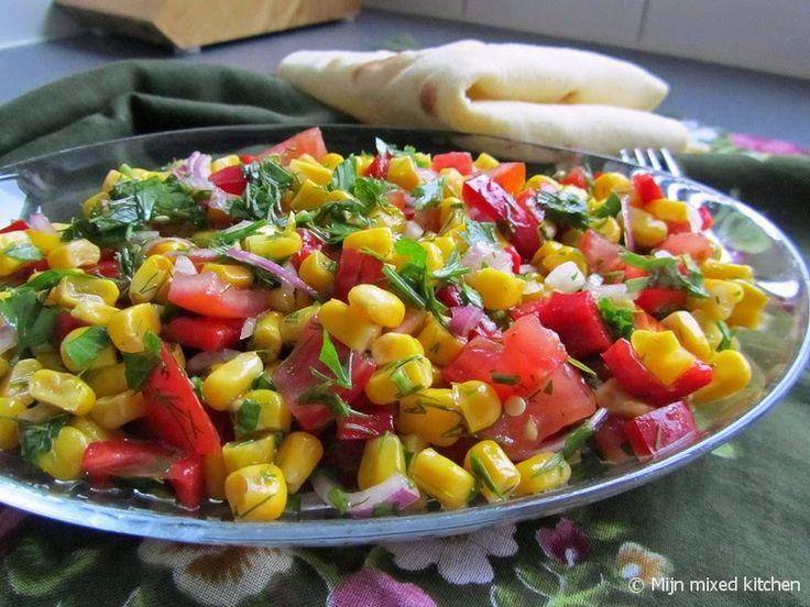 Baharatlı mısır salatası (Turkse maissalade met groene kruiden)