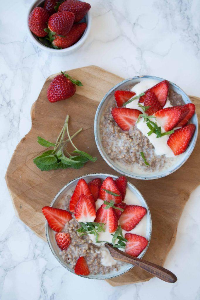 Buchweizen-Vanille-Porridge mit Haselnüssen und Erdbeeren http://homemade-deliciousness.net/buchweizen-vanille-porridge-mit-haselnuessen-und-erdbeeren/