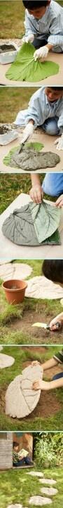 Maak je eigen tegelpad met grote bladeren.    Dit heb je nodig:  - een aantal grote bladeren  - cementspecie    Zo maak je het:  Doe de cementspecie op de achterkant van het blad, zodat de nerven er goed in komen. Laat ze drogen en als ze droog zijn haal je het blad er af en zijn je tegels klaar.