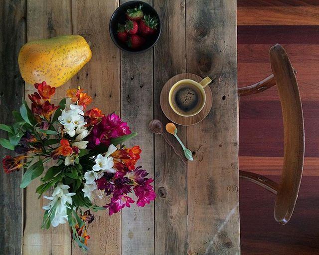O colorido à mesa, a contratar com o cinzento e a chuva da rua. Assim se começa mais um sábado de muito trabalho. 💪🏻 Bom dia! #omeucafédamanha #andreiabchome #tablesituation #mymomentwithflowers