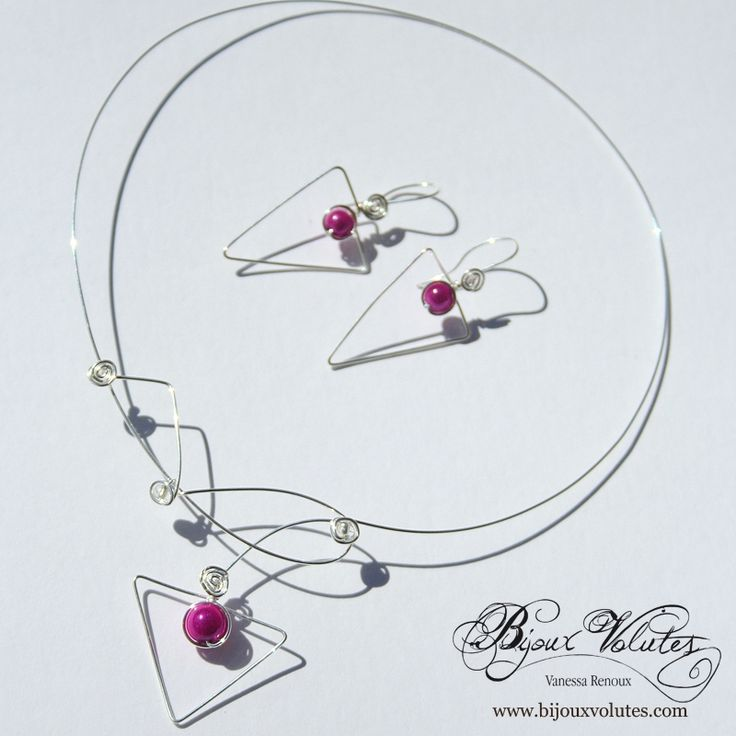 Parure bijoux mariage forme triangle avec perles fuchsia