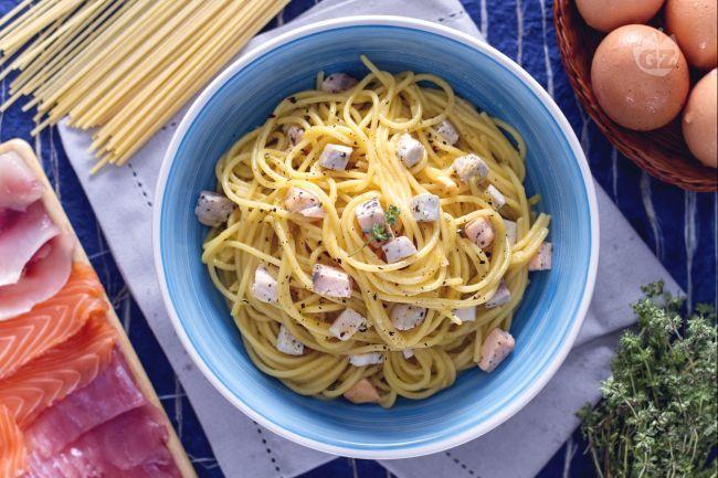 La carbonara di mare è un primo piatto ispirato ai classici spaghetti alla carbonara: al posto della pancetta un condimento di salmone, spada e tonno.
