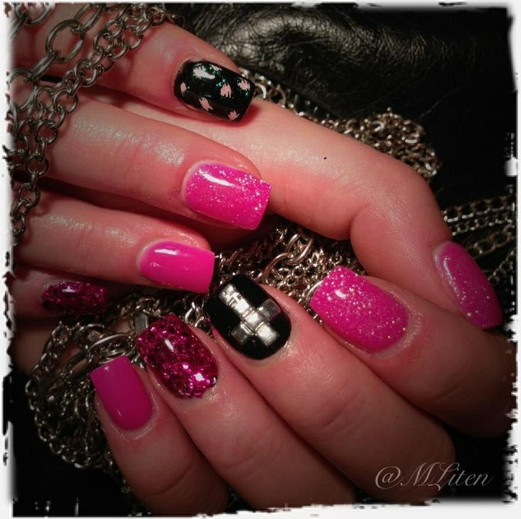 Glitter, pink and black gelnails with cross Glitter, rosa och svart gelnaglar med kors