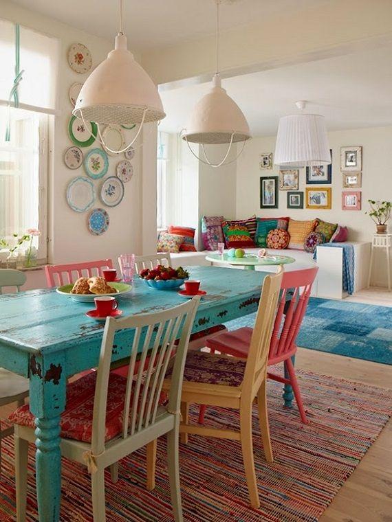 Sala de jantar colorida, cadeiras