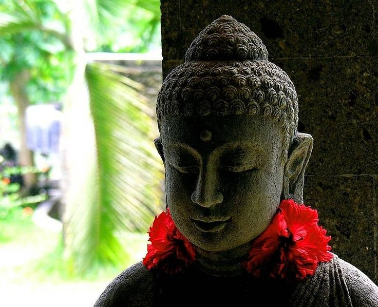 На острове Бали преобладает религия Хинду, которая органично совмещает в себе элементы индуизма, буддизма и древних первобытных верований. Храмы и религиозная деятельность являются частью жизни балийцев.