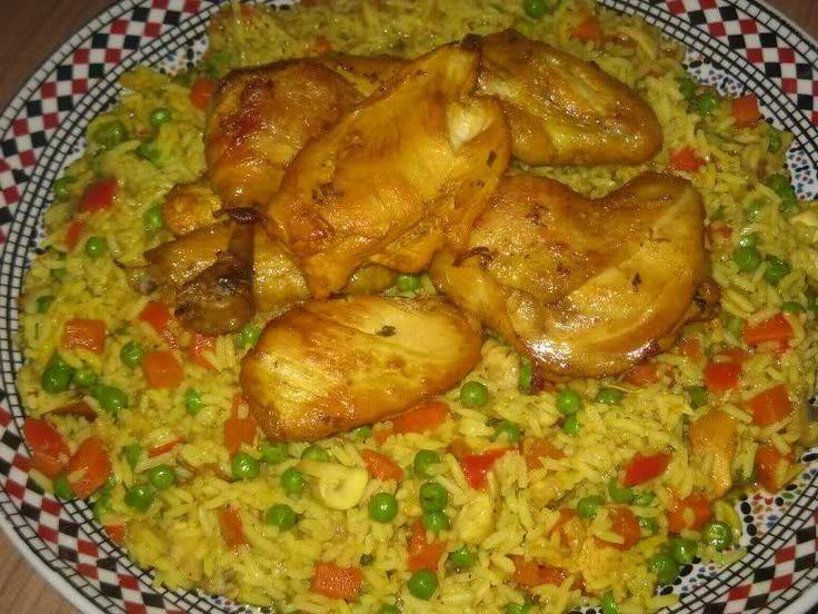 Gister heb ik heerlijke rijst met groenten en kip gemaakt op z'n Marokkaans. Wilde de rijst bij de kip in de oven doen, maar had geen tijd meer dus gewoon gekookt in de saus. Dit gerecht heb ik zelf bedacht toen ik redelijk Marokkaans kon koken.