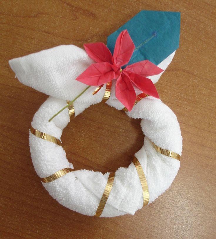 Coronita realizada con toalla facial y un detalle de origami en la nochebuena, estamos muy creativos