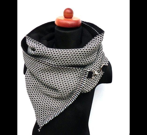 SCHWARZ/WEIß - Wickelschal mit Schnappkarabiner-Verschluss. Die Außenseite dieses Schals ist aus einem Webstoff mit superschöner Musterung in schwarz/weiß, für wohlige Wärme sorgt innen ein...