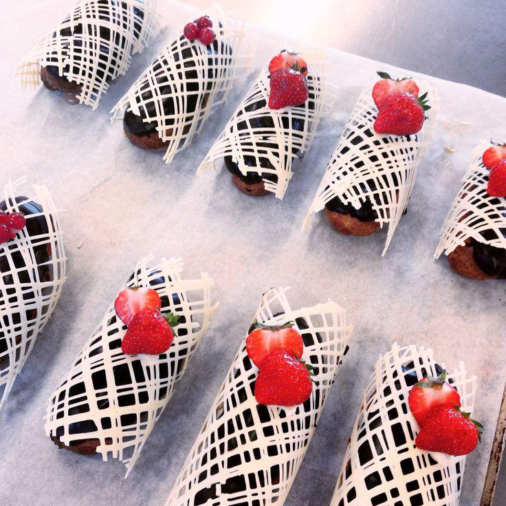 Eclair fylld med karamelliserad vaniljkräm med chokladganach och vit chokladdekor -ht15