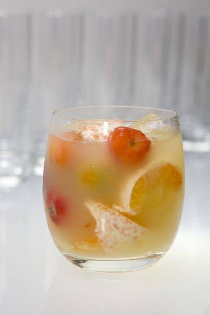 50 ml Vodka, Cachaça ou Saquê  3 Gomos de Tangerina  5 Acerolas  2 colheres de açúcar ou adoçante  Copo: Double Old Fashion  Batido em Shaker  Modo de preparo  Em uma coqueteleira tipo Boston Shaker, adicione as frutas e o açúcar, macere-os bem, em seguida adicione os 50 ml do destilado de sua preferência e o gelo, agite bem e passe para um copo tipo Double Old Fashion. Finalize com canudo.