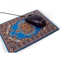 La alfombrilla persa es una obra de arte textil para que el ratón de tu ordenador se encuentre como un maharajá. De gran parecido a las elegantes y distinguidas alfombras orientales, con la que darás un ambiente exótico y hogareño a tu escritorio. Ya podrás presumir de tener una alfombra persa. Si la pones en la mesa de la oficina, te sentirás como en casa. Perfecto deslizamiento del ratón por su superficie. El periférico ideal.