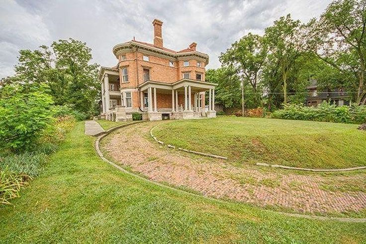 16 best images about old mansions on pinterest queen for Home builders in iowa