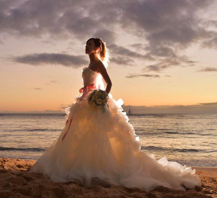 前回のpostのタネ明かし(笑) カメラマンさんがこんな感じに撮ってくれたのでした😆💕 ・ ドレスに光が透けてる感じがお気に入り💓あらためてプロのセンスを感じる1枚✨ ・ ようやく日が沈んできた時系列になりました(笑)もう何枚かお付き合いいただけると嬉しいです😅 ・ 実はハワイから帰ってきてから妊娠してまして、今日も検診行ってきました🏥今はだいぶ落ち着きましたが、食べづわりに悩まされたりで、絶賛たくましくなってきてます(笑)😂 ・ 去年挙式終わってから妊活して、子供ができる前にハワイもう一度行っておきたいね〜という流れになり、後撮りもやろうか〜ってことになったという経緯もあります😅 ・ ほんとに自己満足ですが、タイミングを考えるとやっぱりハワイに行って後撮りやって良かったなぁと思います😌💓(なかなか女性にとってはタイミング難しいですよね💦) ・ もう今から、ファミリーフォト撮りたいとか、子供が大きくなったら写真見せたいとか考えちゃって、頭がお花畑になってきてます(笑)🌷🌷🌷いくつになっても夢が尽きないなぁ〜😂 ・…