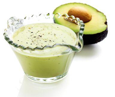 """Den här krämiga avokadosåsen kallas för """"den för gröna gudinnans dressing"""". Den är enkelt att göra och utomordentligt sommarfräsch! Ringla över sallad eller bjud till grillat."""