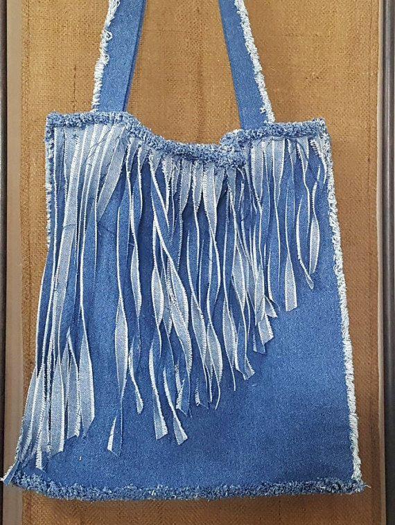 Reciclado del dril de algodón bolso de Fringe, encantadora, más grande y un montón de flecos! ¡Perfecto!  ¡Así lo hice otra vez, otro favorito! (Bueno, cualquier cosa con fringe es mi favorita, quién soy yo es broma) Usé mezclilla reciclada para hacer este flequillo largo ángulo Cruz bolsa de cuerpo. Tiene un cuerpo azul denim y denim azul invertida para el flequillo cortado en diagonal. El bolso sí mismo es cuadrada y los bordes son deshilachados. Este monedero tiene margen para aquellos de…