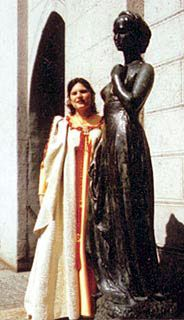 a copy of Juliet's statue by Costantini  (with a member of Juliet Club) situated in Munich. Germany -  копия веронской статуи Джульетты  находится в Мюнхене