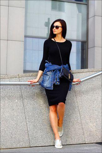 Look de moda: Chaqueta Vaquera Azul, Vestido Ajustado Negro, Zapatillas Slip-on Doradas, Bolso Bandolera de Cuero Negro