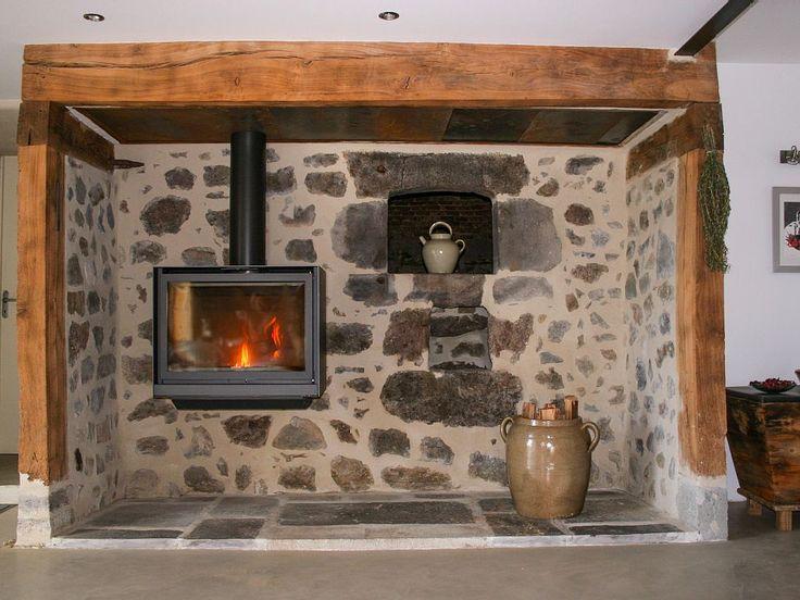 Location vacances maison Trémouille-Saint-Loup: le poêle à bois dans le cantou (cheminée traditionnelle)