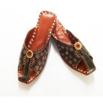 An Indian handmade brown leather slipper for every man. These are made by Indian traditional artisans all by hands. It has open tip along with wide straps for better grip. The overview is so attractive because it that is decorated by printing various designs. http://www.indishcraft.com/default/catalog/product/view/id/500/s/open-tip-leather-printed-slipper/category/6/