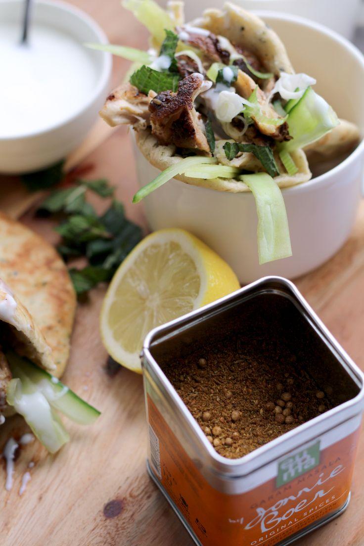 Een heerlijke lunch: kip tikka in naanbrood. Lekker met de milde Original Spices Garam Massala, de frisse komkommer en de geurige munt. Eet smakelijk!