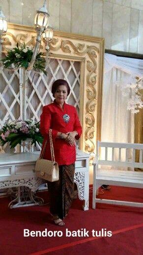 Mrs.yta gultom mengenakan kain batik tulis motif ceplok gusti putri ,dari pembatikan kami