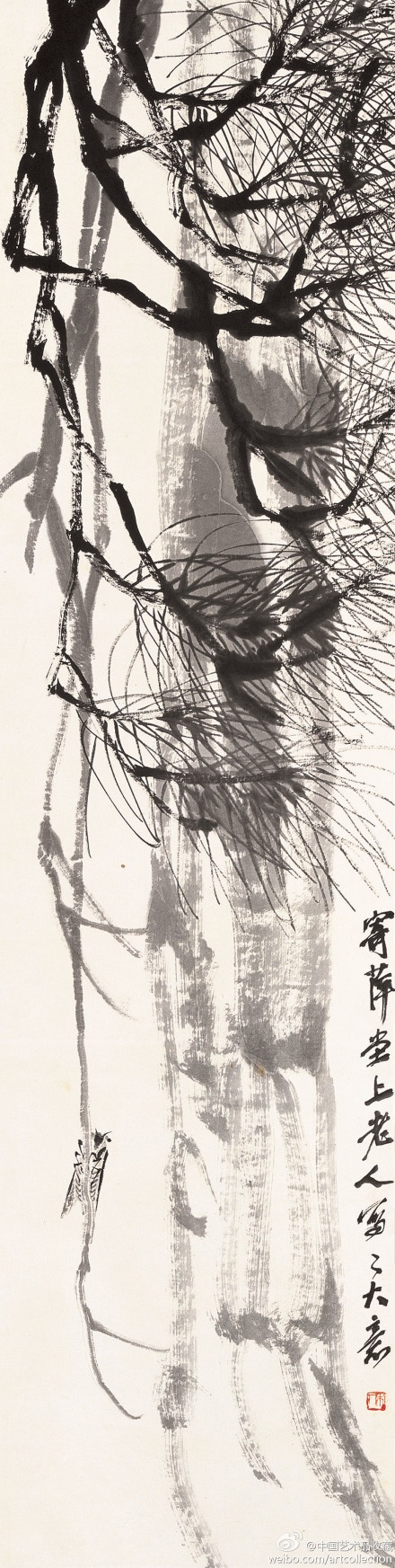 齐白石 《松蝉》 】立轴,设色纸本,130.6×33cm。 此画构图极为讲究,淡墨的松树干,顶天立地;较重墨色描画的松树枝,从左上方斜插而下;再以凝重的焦墨写出细如毫发而又秀劲多姿的松针;淡赭墨写就的孤蝉,紧紧地抓着一根光秃秃的松枝,与右侧的重墨题字,遥相呼应,可谓别有怀抱。
