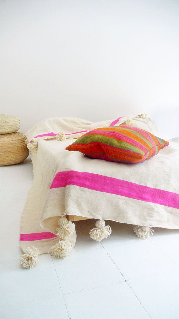 bedroom pinned by barefootstyling.com Moroccan POM POM Wool Blanket  Ecru and Pink bands por lacasadecoto