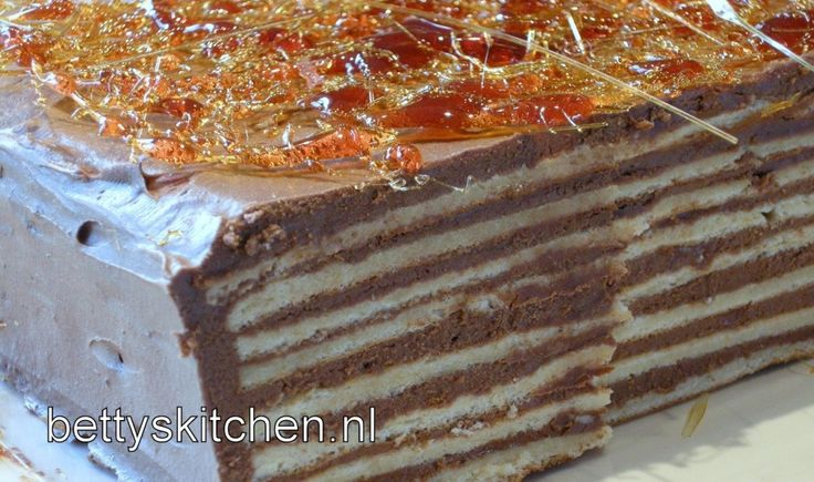 Dit is de nationale trots van Boedapest: Een Dobos Torta, oftewel een taart van laagjes bescuitgebak en chocolade creme!