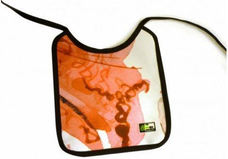 Takataka  10€  Babero bebé de forma redondeada. Impermeable y muy funcional, podrás limpiarlo fácilmente: basta con pasarle un paño húmedo. Medidas: 24×21 Material: Lona reciclada de banderolas publicitarias (PVC). Características adicionales: Ribeteado con cinta agradable al tacto.  http://sindesperdicio.es/tienda/home/takataka/