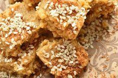 Милк кейк на основе сыра панир и коричневого сахара, посыпанный кунжутом и корицей