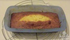 Niemand wordt blij van een vastzittende cake Een cake die blijft vastplakken in zijn bakblik, is vrijwel nooit de bedoeling. Wat het wel is? Frustrerend. In je keuken hangt vaak al een heerlijke geur, maar jij kan nog niet genieten van een lekkere plak. Wat moet je doen om je cake heel uit het bak