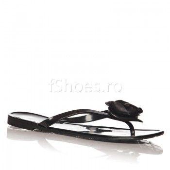 Acesti papuci sunt ideali pentru persoanele care isi doresc ceva cat se poate de feminin. Rezistenti datorita materialului din care sunt fabricati, papucii Sweet – Negru se bucura de un detaliu in forma de inima, care ii face irezistibili in fata damelor.