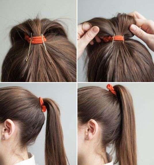 Un'acconciatura semplice con falsa treccia realizzata cotonano i capelli nella parte superiore e fissandoli nella parte bassa con un elastico.