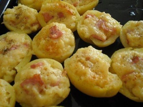 Tejfölös sonkával és tojással töltött burgonya sajttal megszórva!