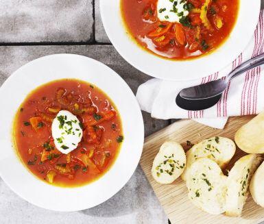 Den kanske franskaste av soppor görs i det här receptet i en ny variant, helt vegetariskt. Sin vackra gula färg får soppan av saffran och apelsin.