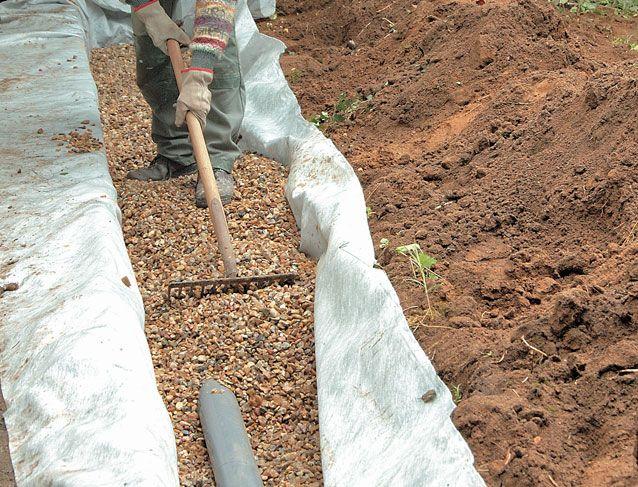 Comment poser un drain sur un terrain humide ? Les conseils pas-à-pas de Système D.