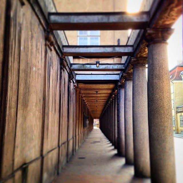 Søjlegangen i Stormgade #københavn #copenhagen stormgade #søjlegangen #nationalmuseet #nationalmuseum #delditkbh #sharingcph #sollys #sunlight #reflektion #reflection #skygger #shadows #bygninger #buildings