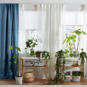 Nappali rolóval, ami szigetel, egy fehér függönnyel ami megszűri a fényt és egy réteg kék függönnyel.