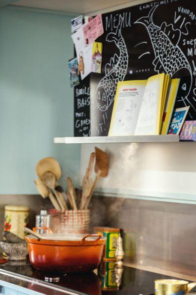 Die kreative Dunstabzugshaube von NEFF: Nutzt die Ablage für euer Rezept oder Kochbuch, pinnt Bilder mit Magneten daran oder beschreibt sie mit euren eigenen Einfällen.