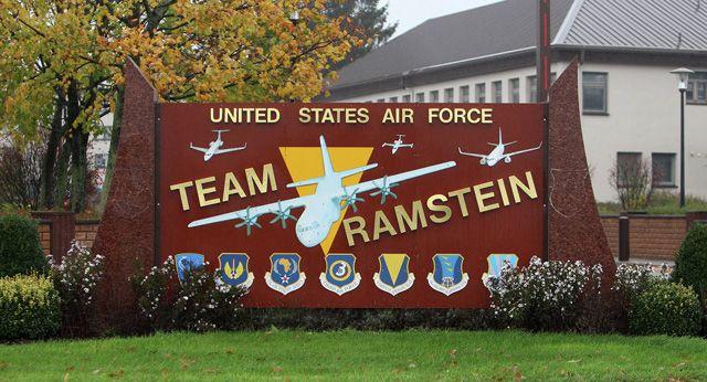 """Vor dem US-Fliegerhorst Ramstein hat die Kampagne """"Stopp Ramstein"""" am Sonntag mit hunderten Menschen für die Schließung des Standorts demonstriert. Der Geschäftsführer der Initiative """"Interna…"""