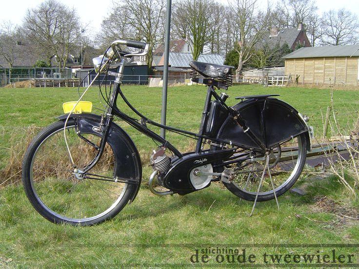 Deze ongerestaureerde Mobylette van 1950 is een van de eerste die door Willem Kaptein in licentie van het Franse Motobecane geproduceerd is. Vandaar de naam Kaptein Mobylette. Deze bromfietsen waren zo goed en scherp geprijst dat ze een voorbeeld waren voor vele Nederlandse fabrikanten. Het afgebeelde exemplaar heeft nog geen koppeling. Het laatste jaar dat hij aan het verkeer heeft deelgenomen was 1966, want van dat jaar is het verzekeringsplaatje dat achter op de bromfiets zit.
