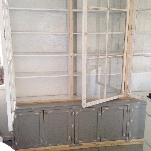 Nicola fra loppeguld er i gang med at male sit nye, snedkerbyggede vitrineskab med gamle vinduer fra Genbyg som l?ger. Der blir plads til mange loppefund?? @user @user