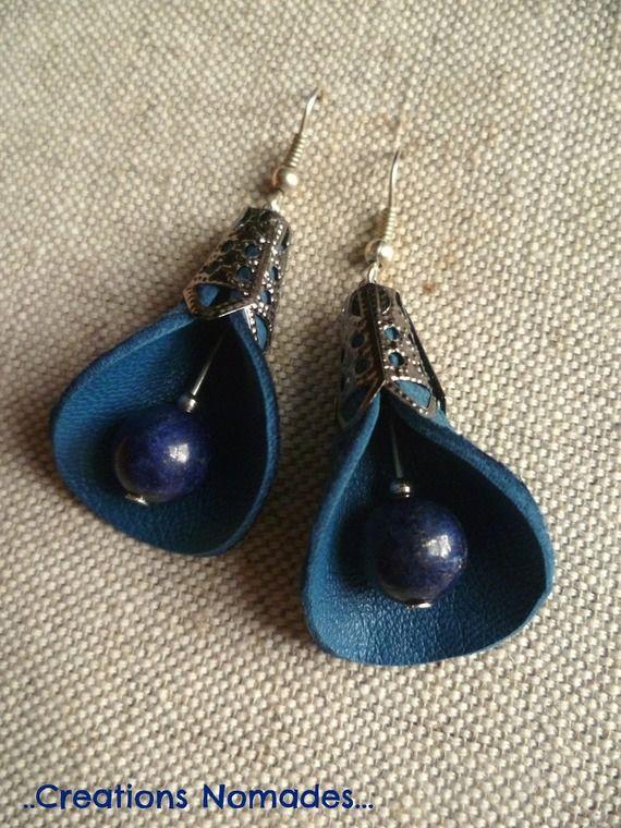 Boucles d'oreille percées en cuir bleu et pierres fines